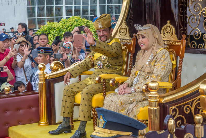 Oct 5, 2017. Brunei's Sultan marked 50 years on the throne with a glittering procession which included the monarch being carried past huge crowds of well-wishers in a chariot.