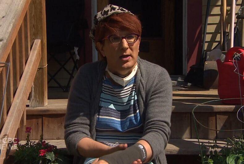 Lara Rae shows her injured wrist